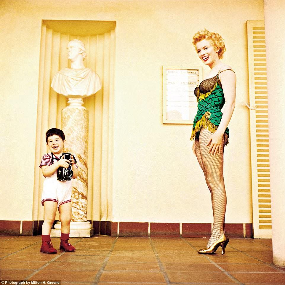 Esse é o meu filho!  Monroe com Joshua Greene em 1956 enquanto filmava a parada de ônibus