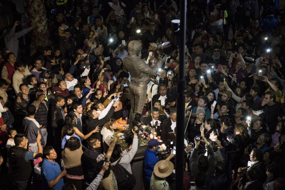 Homenaje a Juan Gabriel en la plaza Garibaldi de Ciudad de México