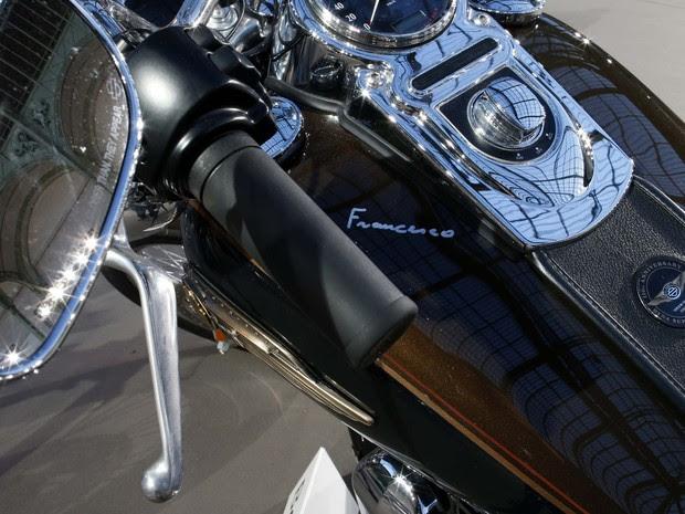 Papa Francisco assinou o tanque da motocicleta Harley-Davidson (Foto: REUTERS/Benoit Tessier)