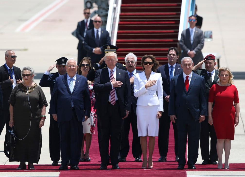 Presidente dos EUA, Donald Trump, e a primeira-dama, Melania, foram recebidos no aeroporto de Tel Aviv pelo presidente israelense, Rueben Rivlin, e a mulher, Nechama, (à esquerda) e pelo premiê israelense, Benjamin Netanyahu, e a mulher Sarah (à direita) (Foto: Oded Balilty/ AP)