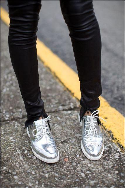 Αν θεωρείτε ότι δε μπορείτε να υποστηρίξετε το συγκεκριμένο trend φορώντας κάποιο ρούχο σε metallic αποχρώσεις, ο πιο εύκολος τρόπος να το υιοθετήσετε είναι επιλέγοντας ένα ζευγάρι παπούτσια στο συγκεκριμένο τόνο. Διακριτικό αλλά και εντυπωσιακό ταυτόχρονα.