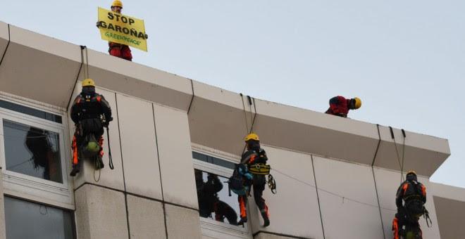 Activistas de Greenpeace en su acción en la sede del Consejo de Seguridad Nuclear. GREENPEACE