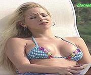 Danielle Winits sensual em biquini na novela uga uga