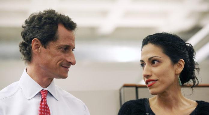 Bà Huma Abedin và cựu Dân Biểu Anthony Weiner trong cuộc họp báo khi ông tuyên bố ứng cử thị trưởng New York hồi năm 2013. (Hình: John Moore/Getty Images)