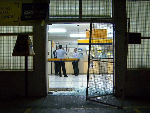 Agência dos Correios é invadida por assaltante em Campinas (Foto: Reprodução EPTV)