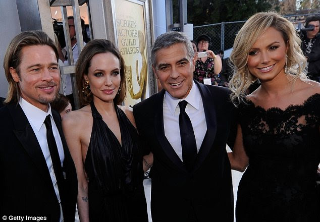 Grupo de tiro: Golden casais de Hollywood Brad e Angelina e George Stacy e colocados juntos