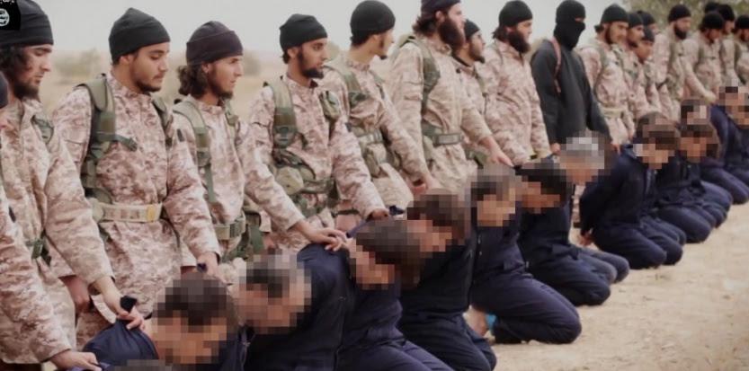 Extrait d'une vidéo montrant des combattants de l'EI en train d'exécuter au moins 18 hommes présentés comme des soldats syriens. (AL-FURQAN MEDIA/AFP)