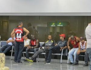 Voo do Flamengo atrasa; torcedores esperam time com ovos no Rio