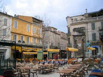 Arles-PlaceDuForum.jpg (84339 bytes)