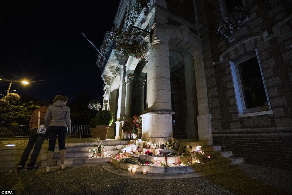 Um memorial improvisado surgiu nos degraus da prefeitura em Saint-Etienne-du-Rouvray, onde o selvagem ataque ocorreu por volta das 09h45 de terça-feira de manhã