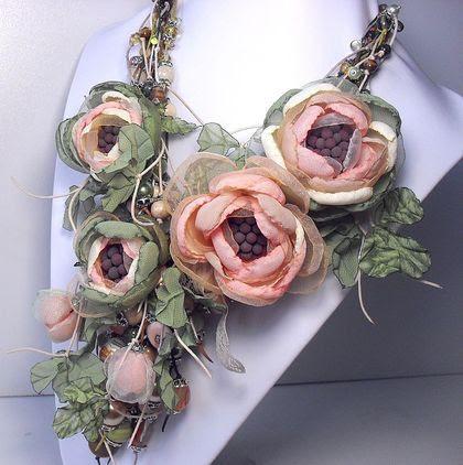Утренние Цветы Лесной Феи. Комплект.. Колье, четыре броши и серьги. Бусины: коралл, оникс, тигровый глаз, змеевик, дерево, лэмпворк, стекло. Цветы ручной работы из ткани, металл серебристый.