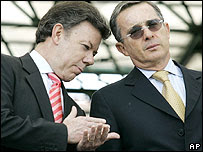 Juan M. Santos (izquierda) y Álvaro Uribe, ministro de Defensa y presidente de Colombia