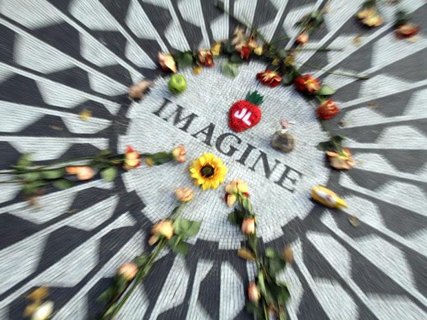 Fãs deixam flores em homenagem a John Lennon, no Central Park em Nova York, na véspera dos 30 anos de aniversário do assassinato do ex-beatle