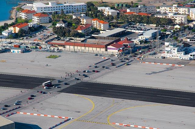 Aeroporto de Gibraltar: Avenida cruza pista dos aviões [Foto: Luis Jou García - CC BY-NC-SA 2.0]