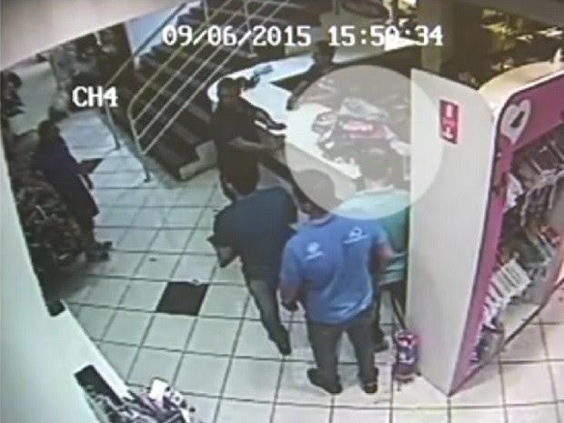 Pilha de roupas foi recuperada após a ação do furto (Foto: Reprodução TV TEM)