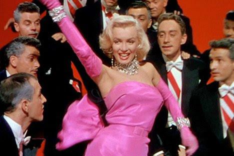 """Nel film """"Gli uomini preferiscono le bionde"""", Marilyn Dorns suo marchio di fabbrica biondo platino """"Hollywood"""" pettinatura. In questo film, interpreta il ruolo di una donna sexy ma materialistica desiderosi di usare il suo fascino per ottenere ciò che vuole. Questo tipo di carattere viene ripetuto più e più volte nella cultura popolare."""
