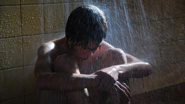 Die Auserwählten: Der verzweifelte Frank (Leon Seidel) kauert unter der Dusche.