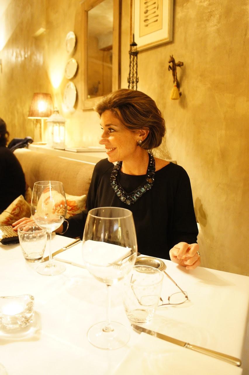 Para uma jantar pequeno sentado, você não quer parecer um farol ou que está pagando promessa... então se namora na montagem...
