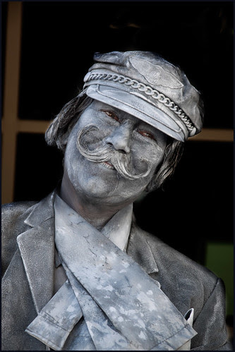 levend standbeeld by hans van egdom
