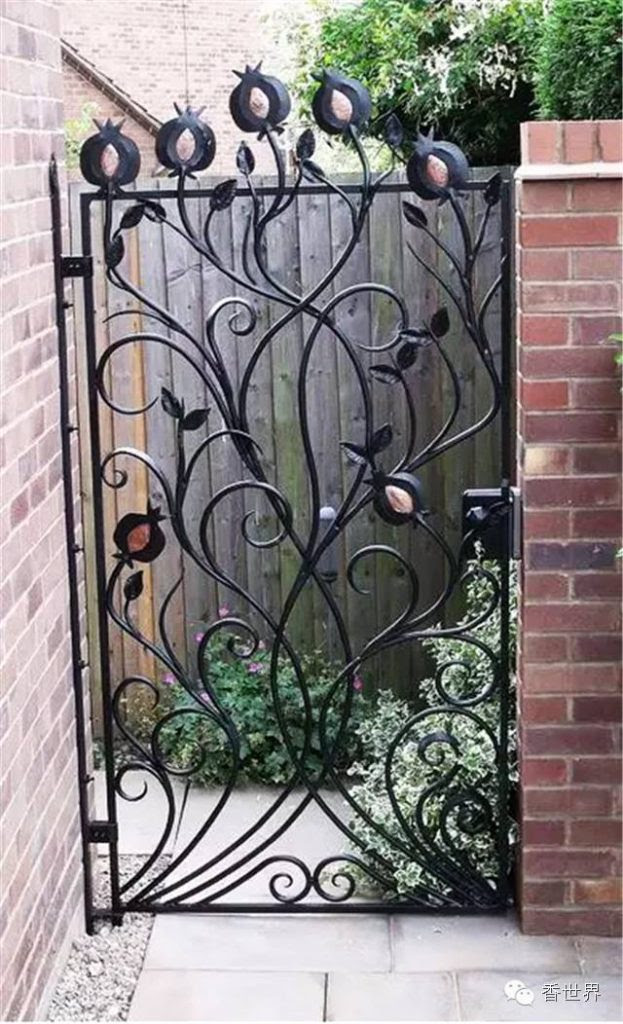 a48bfe00e6af8142b898aa1f1bcbeed4 623x1024 15 Decorative Metal Gate Design for Amazing First Impression