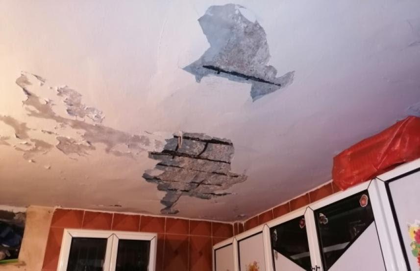 سقوط سقف المنزل