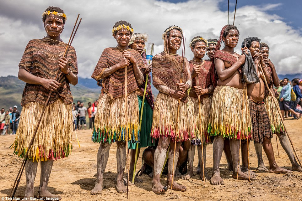 Indonesian Dani tribe where women amputate a finger when relatives die  Daily Mail Online