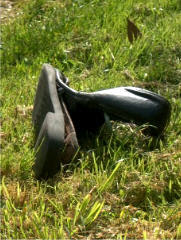 vieille chaussure dans l'herbe