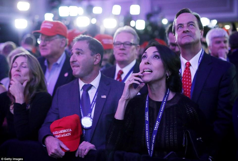 Apoiantes do candidato presidencial republicano Donald Trump se reúnem durante o evento da noite da eleição no New York Hilton Midtown