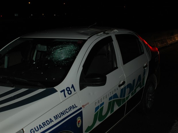 Guardas municipais nada sofreram, tendo somente estragos na viatura (Foto: Luciano Guerino / GMJ)