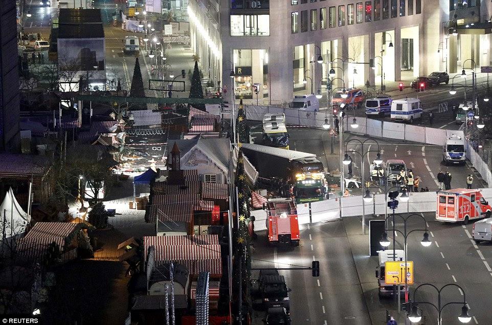 BERLIM TERROR ATTACK: Um requerente de asilo de 23 anos de idade a partir do Paquistão, que chegou à Alemanha meses atrás está sob custódia hoje depois de usar um camião sequestrado para arar através deste mercado Berlin Natal matando 12 e ferindo 48 outros