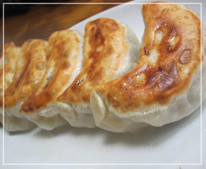 「太閤園」のプリプリ餃子。でっかくて美味しいのです。ラー油も自家製だし。