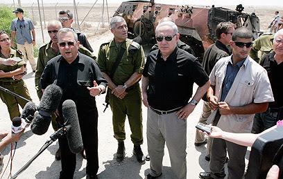 נתניהו וברק מסיירים בזירת מתקפת הטרור (צילום: אליעד לוי)