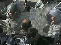 Egyptian troops confront Palestinians on the border with Gaza