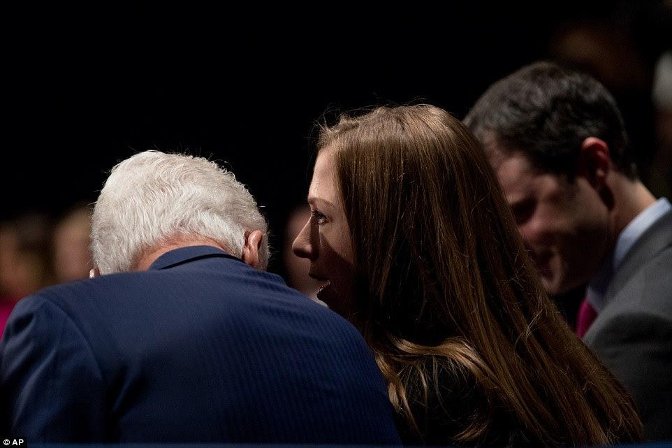 O ex-presidente Bill Clinton (à esquerda) fala com sua filha Chelsea Clinton (centro) e seu marido Marc Mezvinsky (à direita)