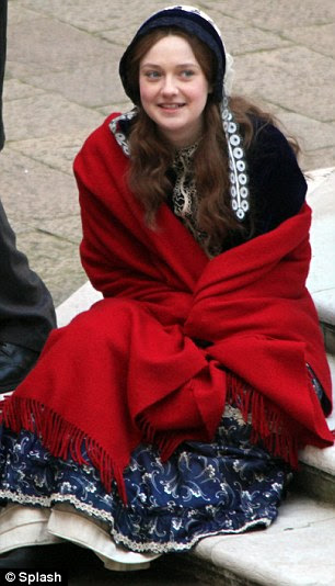 Snug: A atriz ainda manteve-se morno das temperaturas em queda livre por envolvimento em um tapete vermelho entre suas cenas