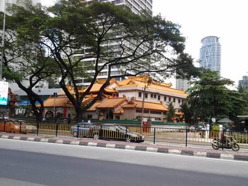 Храмът срещу Corus Hotel