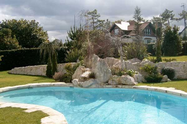 Como decorar un jard n con piscina dise o y decoracion de jardines de casas - Piscinas y jardines ...
