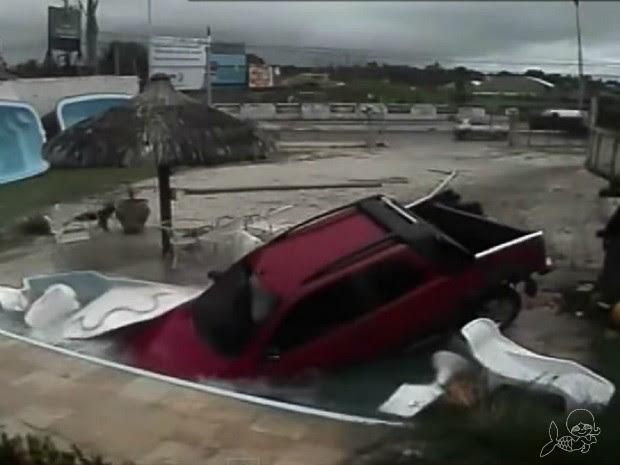 carro cai em piscina (Foto: TV Verdes Mares/Reprodução)