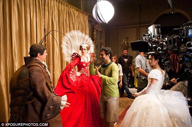 No set: Um tiro por trás das cenas mostra Roberts, Collins e Nathan Lane como Brighton bate-papo com o diretor Tarsem Singh em outra fotografia