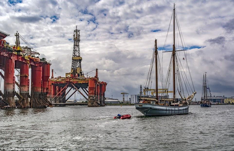 William Allen apropriadamente chamado a sua imagem In the Shadow of Giants como ele fotografou uma plataforma de petróleo elevando-se em Belfast Harbour