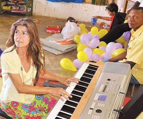Sandra  tocou piano no Dia das Crianças em espaço da cidade goiana, tendo, ao lado dela, o acusado do crime (Arquivo Pessoal)
