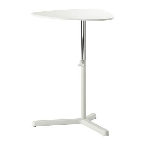 SVARTÅSEN Suporte p/portátil IKEA Pode subir ou descer o tampo sempre que quiser, a uma altura confortável, com a ajuda da maçaneta regulável.