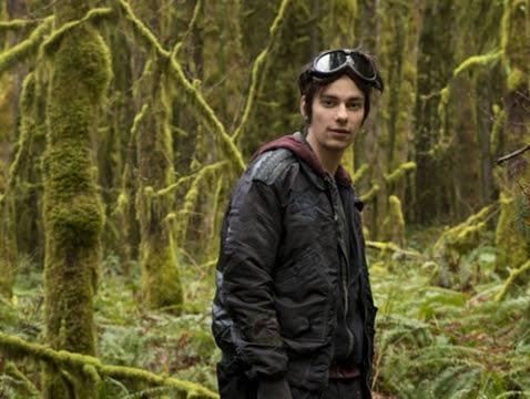 """Conheça o elenco da série The 100, que estreia dia 16 de abril - Devon Bostick como Jasper Jordan - Ele é mais conhecido pelo seu papel como Rodrick Heffley, nos três filmes """"Diário de um Banana"""", mas Ricky também já trabalhou em no """"Jogos Mortais 4"""" e no """"Jogos Mortais 6"""", o curioso é que em cada um, ele interpretou um personagem diferente. Ele também apareceu em American Pie: O Último Stifler Virgem."""
