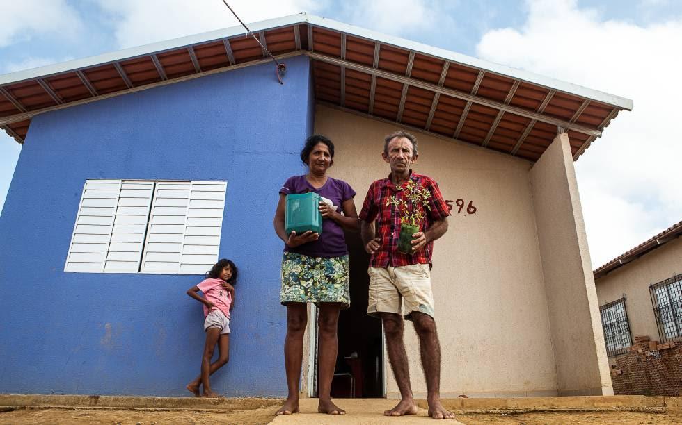 A segunda não-casa: Otávio das Chagas e a mulher Maria numa unidade de Reassentamento Urbano Coletivo (RUC), na periferia de Altamira, em setembro de 2015, com as plantas que restaram