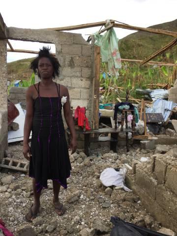 Benite, de 45 años, muestra lo que queda de su casa en Plaine Matin, en el sur de Haití.