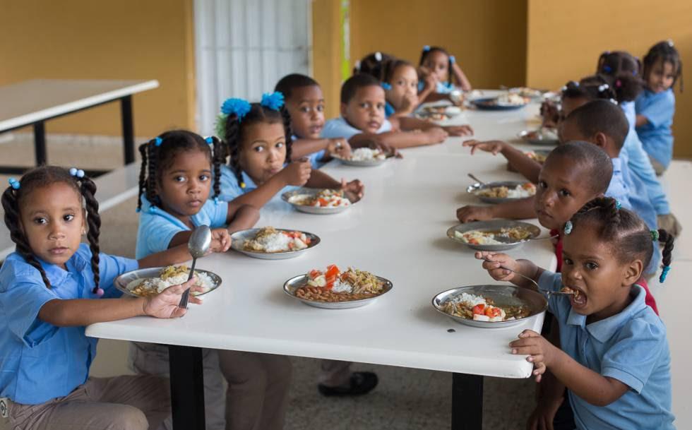 Niños reciben el almuerzo en una escuela de Monte Plata (República Dominicana).