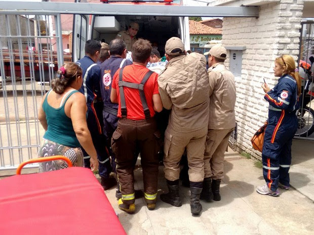 Bombeiros e Samu resgataram mulher obesa nesta terça (29), em Natal (Foto: Corpo de Bombeiros/Divulgação)