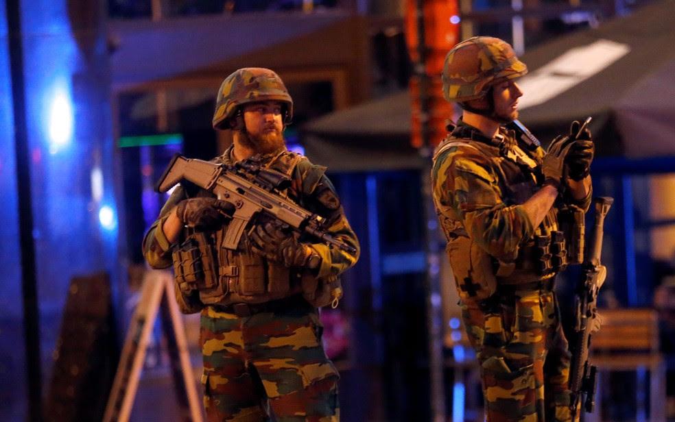 Soldados são vistos do lado de for a da Estação Central de Bruxelas, na noite de terça (20) (Foto: Reuters/François Lenoir)