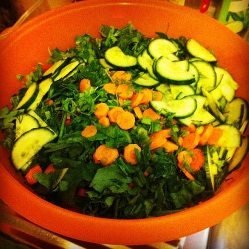 Bazen oturup ailecek bir leğen salata yediğimiz doğrudur azizim. Zira salata yapmak herkesin harcı değildir. Sabır ister. #salata #salat