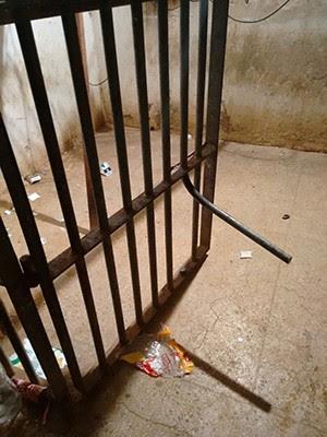 Presos serraram a grade de uma cela para poder escavar buraco e executar a fuga (Foto: G1)
